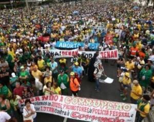 4dez2016-manifestantes-protestam-contra-a-corrupcao-e-em-apoio-a-operacao-lava-jato-na-orla-da-praia-de-copacabana-na-zona-sul-do-rio-de-janeiro-1480865202862_615x300-310x245